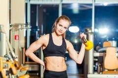 Sprawności fizycznej kobieta ćwiczy crossfit mienia Zdjęcie Royalty Free