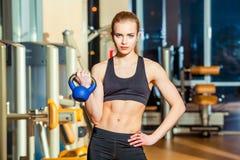 Sprawności fizycznej kobieta ćwiczy crossfit mienia Zdjęcia Royalty Free