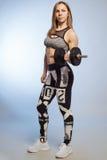 Sprawności fizycznej kobieta ćwiczy crossfit mienia dumbbell siły stażowych bicepsy Obrazy Royalty Free