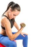 Sprawności fizycznej kobieta ćwiczy z barbells treningiem w gym na odosobnionym białym tle zdjęcie stock
