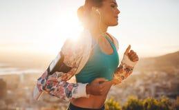 Sprawności fizycznej kobieta biega outdoors Zdjęcia Stock