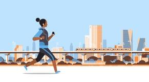 Sprawności fizycznej kobieta biega plenerowej afrykańskiej dziewczyny słucha muzyka z hełmofonami na smartphone styl życia zdrowy royalty ilustracja