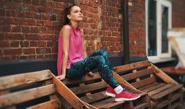 Sprawności fizycznej kobieta odpoczywa po działającego treningu zdjęcia stock