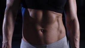 Sprawności fizycznej kobieta pokazuje brzucha zbiory wideo