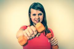 Sprawności fizycznej kobieta robi ćwiczeniom z dumbbells - retro styl Obraz Stock