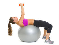 Sprawności fizycznej kobieta robi ćwiczeniu z dumbbells na sprawności fizycznej piłce Zdjęcia Royalty Free