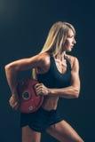 Sprawności fizycznej kobieta robi ciężaru szkoleniu podnosić ciężkich ciężary Obraz Stock
