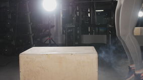 Sprawności fizycznej kobieta robi pudełkowatemu skoku treningowi przy gym zbiory wideo