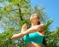 Sprawności fizycznej kobieta robi relaks ćwiczeniom Fotografia Stock