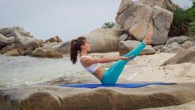 Sprawności fizycznej kobieta robi sporty abs ćwiczy na plażowym outside przy zmierzchem Fotografia Royalty Free