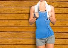 sprawności fizycznej kobieta z ręcznikiem z żółtym drewnianym tłem Zdjęcie Stock