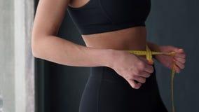 Sprawności fizycznej kobieta Z taśmy miarą Pokazuje Jej talię zdjęcie wideo