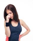Sprawności fizycznej kobieta zakrywa jej nos z ręką obrazy stock