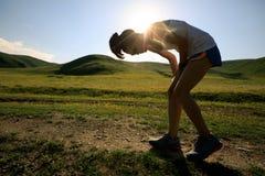 Sprawności fizycznej kobiety biegacza bieg na zmierzchu obszaru trawiastego śladzie Obraz Royalty Free