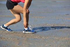 Sprawności fizycznej kobiety jogger trzyma ona sporty raniący iść na piechotę przy nadmorski obrazy stock