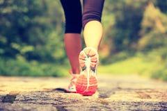 Sprawności fizycznej kobiety nogi wycieczkuje na śladzie Obraz Stock