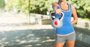 Sprawności fizycznej kobiety półpostać robi ćwiczeniom w ulicie Obrazy Royalty Free