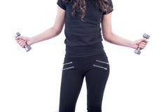 Sprawności fizycznej kobiety podnośni dumbbells fotografia stock