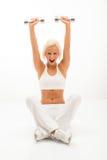 Sprawności fizycznej kobiety podnośni dumbbells target1023_1_ podłoga Zdjęcie Stock
