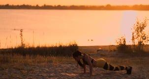 Sprawności fizycznej kobiety rozciąganie robi lunge rozciągliwości ćwiczeniu Żeńskiej atlety stażowi lunges rozciągają outside w  zdjęcie wideo
