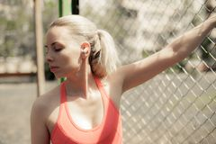 Sprawności fizycznej kobiety Słuchająca muzyka w Bezprzewodowych hełmofonach, Robi treningowi Ćwiczy Na ulicie Sporta Bluetooth s zdjęcie royalty free