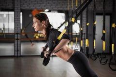 Sprawności fizycznej kobiety szkolenie z trx sprawności fizycznej patkami fotografia stock