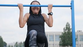 Sprawności fizycznej kobiety trening próbuje robić ćwiczeniom na horyzontalnym barze outdoors zdjęcie wideo