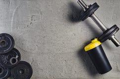 Sprawności fizycznej lub bodybuilding tło Dumbbells na gym podłoga, odgórny widok zdjęcia stock