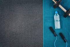 Sprawności fizycznej lub bodybuilding tło Dumbbells na gym podłoga, odgórny widok obrazy stock