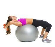 Sprawności fizycznej młoda kobieta robi ćwiczeniu z dumbbells na sprawności fizycznej piłce Obraz Royalty Free
