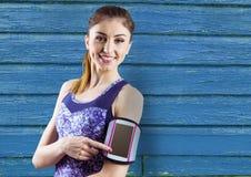 sprawności fizycznej młoda kobieta z błękitnym drewnianym tłem Obrazy Stock