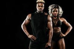Sprawności fizycznej para atlety pozuje na czarnym tle, zdrowa stylu życia ciała opieka Sporta pojęcie z kopii przestrzenią obraz stock