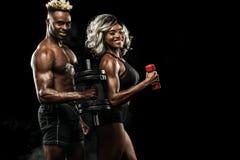 Sprawności fizycznej para atlety pozuje na czarnym tle, zdrowa stylu życia ciała opieka Sporta pojęcie z kopii przestrzenią obrazy stock