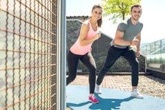 Sprawności fizycznej para biega outdoors zdjęcie stock