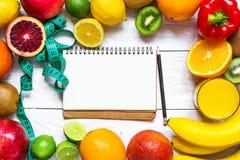 Sprawności fizycznej pojęcie z owoc, warzyw, soku pomarańczowego, centymetra i teksta książką, Obrazy Royalty Free