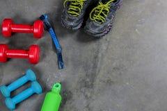 Sprawności fizycznej pojęcie z sneakers dumbbells pomelo butelką woda fotografia royalty free