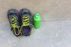 Sprawności fizycznej pojęcie z sneakers dumbbells pomelo butelką woda zdjęcia stock
