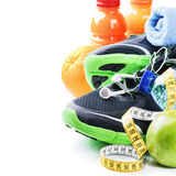 Sprawności fizycznej pojęcie z sportów butami i zdrowym odżywianiem Zdjęcie Stock