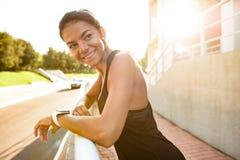 sprawności fizycznej portreta uśmiechnięta kobieta Obrazy Royalty Free