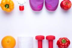 Sprawności fizycznej rama z dumbbells, ręcznikowych i świeżych owoc, zdjęcia royalty free