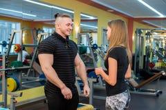 Sprawności fizycznej, sporta, ćwiczyć, technologii i diety pojęcie, - uśmiechnięta młoda kobieta i ogłoszenie towarzyskie trener  obraz royalty free