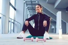 Sprawności fizycznej szczęśliwa młoda kobieta zdjęcia royalty free