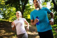 Sprawności fizycznej szkolenie dla pary w miłości outside obraz stock