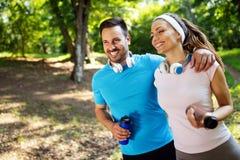 Sprawności fizycznej szkolenie dla pary w miłości outside obrazy royalty free