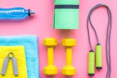 Sprawności fizycznej tło Wyposażenie dla gym i domu Skok arkana, dumbbells, expander, mata, woda na pastelowych menchii tła wierz Zdjęcia Royalty Free