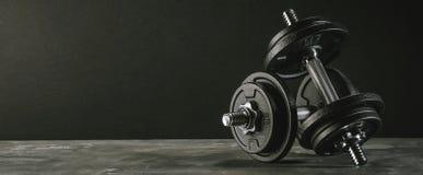 Sprawności fizycznych dumbbells obciążają wyposażenie selekcyjnej ostrości sprawności fizycznej klubu zdjęcie stock