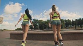 Sprawności fizycznych kobiet ćwiczyć plenerowy w pogodnym letnim dniu w zielonym sportswear zdjęcie wideo