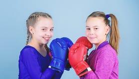 Sprawno?ci fizycznej dieta energetyczni zdrowie Sporta sukces przyja?? trening ma?y dziewczyna bokser w sportswear Szcz??liwi dzi obraz royalty free