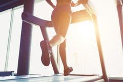 Sprawności fizycznej dziewczyny bieg na karuzeli Obraz Royalty Free