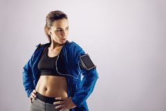 Sprawności fizycznej kobieta patrzeje daleko od przy copyspace w sportswear Obrazy Royalty Free